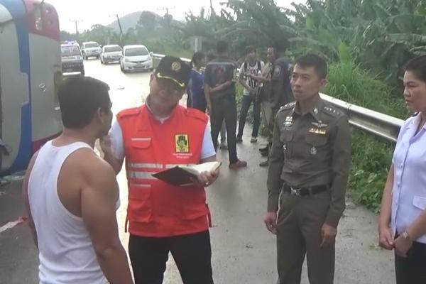 หวิดดับยกคัน รถทัวร์วีไอพีวิ่งฝ่าเสียฝนหลุดโค้งพลิกคว่ำ บาดเจ็บ 15 ราย