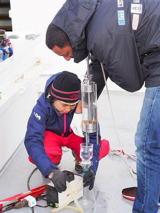 เก็บตัวอย่างน้ำเพื่อวิเคราะห์ขยะพลาสติกขนาดเล็กในน้ำที่ขั้วโลกเหนือ