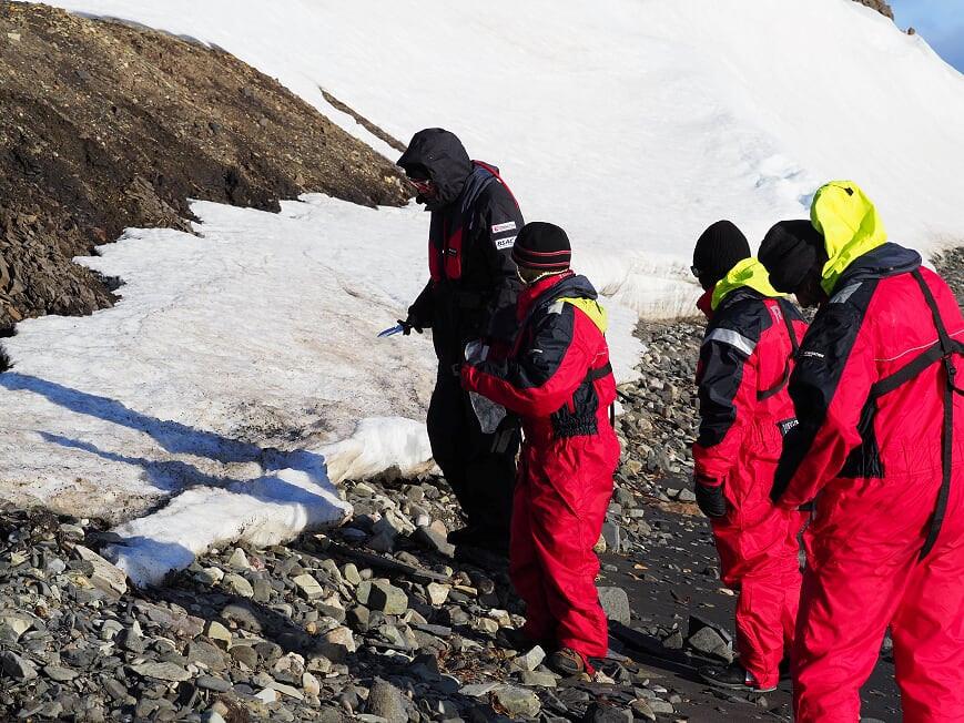 เก็บตัวอย่างหิมะเพื่อดูมลพิษและขยะขนาดเล็กที่ฝังอยู่
