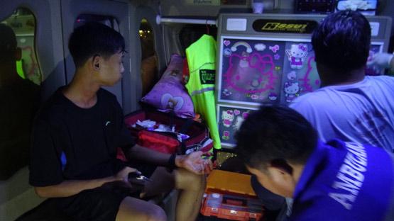 จับชายเมายาคุ้มคลั่งใช้มีดจี้เด็กก่อนหนีโดดลงน้ำ กู้ภัยช่วยจับส่งตำรวจ