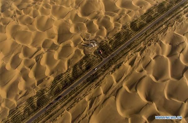 ถนนไฮเวย์ตัดผ่านทะเลทรายทาริม (Tarim Desert) ภาพ 27 ก.ย. 2016  (ภาพ โดยซินหวา)