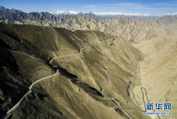 ถนนทางหลวงซินเจียง-ทิเบต ที่อยู่สูงจากระดับน้ำทะเลที่สุดในโลก ตัดผ่านเทือกเขาคุนหลุน โดยช่วงที่สูงจากระดับน้ำทะเลที่สุด เท่ากับ 5,433 เมตร ภาพถ่ายจากโดรน 30 เม.ย. 2016 --ซินหวา