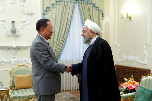"""ผู้นำอิหร่านเตือนเกาหลีเหนือ สหรัฐฯ """"ไว้ใจไม่ได้"""" หลังโดนคว่ำบาตรรอบใหม่"""