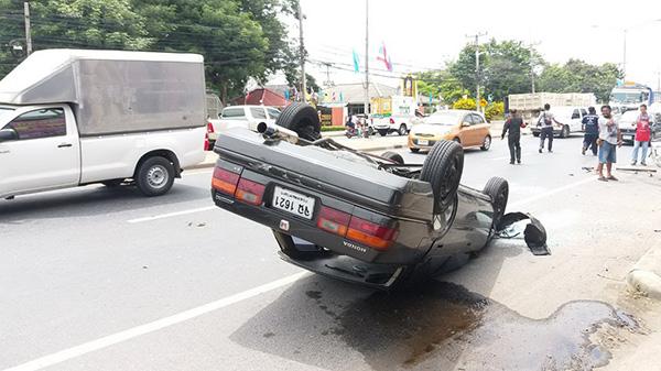 กล้องวงจรปิดจับภาพเก๋งชนท้ายกระบะพลิกคว่ำกลางถนน