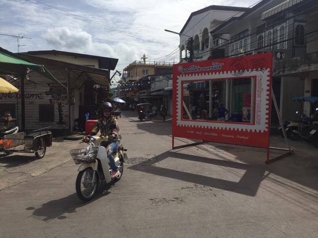 ที่เที่ยวใหม่! เปิดถนนวัฒนธรรมชุมชนบางเสร่ ชุมชนชายทะเลที่เราหลงรัก