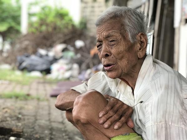 สะเทือนใจ… ยายทองพูน วัย 90 ปี  ปักหลักใช้ชีวิตเดียวดายริมถนนเพชรเกษม นานหลายสิบปี