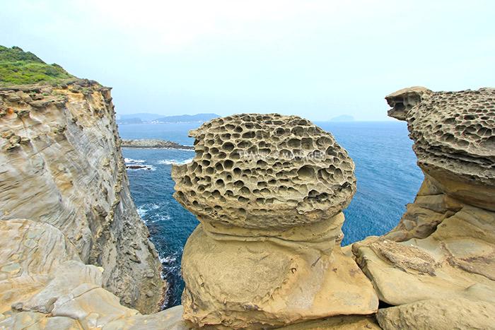 หินที่ถูกลมฝนกระทำจนเกิดเป็นรูพรุนคล้ายรวงผึ้ง
