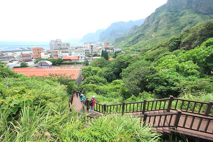 เส้นทางบันไดไม้เดินขึ้นเขาหนานจือหลิน มองลงไปเห็นหมู่บ้านหนานย่า