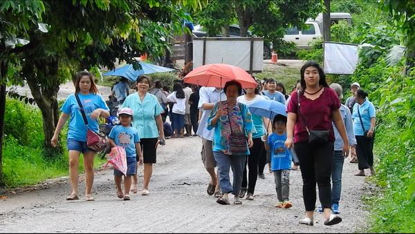 คึกคัก ! วันแม่ประชาชนใส่เสื้อสีฟ้าแห่ไปถ้ำหลวงขุนน้ำนางนอนแน่นขนัด
