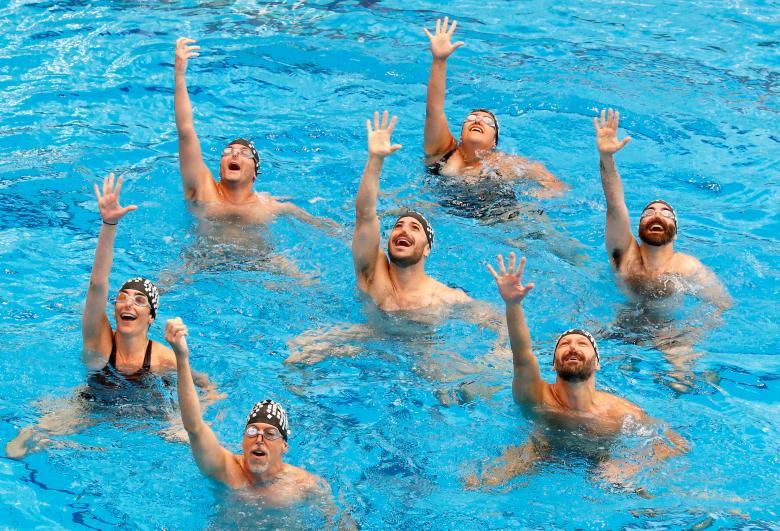 นักกีฬาแสดงความสามารถขณะทำการแข่งขันระบำใต้น้ำใน เกย์ เกมส์ ที่ประเทศฝรั่งเศส