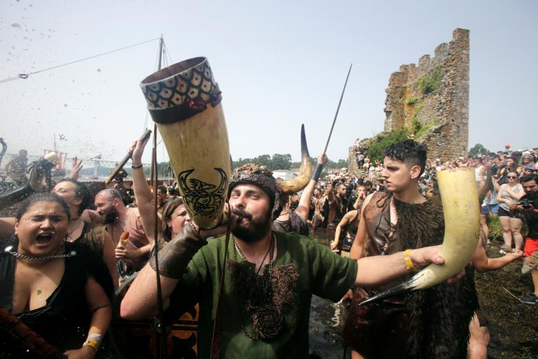 ผู้คนจำนวนมากออกมาร่วมสนุกกันในเทศกาลไวกิ้ง ที่ประเทศสเปน