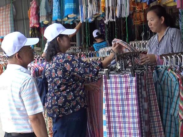 ท่องเที่ยวสงขลาคึกคักส่งท้ายวันแม่ นักท่องเที่ยวแวะซื้อของฝากขึ้นชื่อที่เกาะยอตรึม