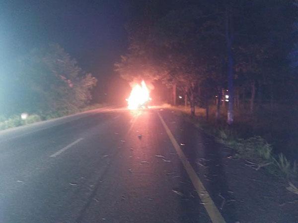 หนุ่มขับซีอาวีหลับในชนต้นไม้ ไฟลุกพรึบเผาวอดทั้งคัน กู้ภัยเสี่ยงตายช่วย 3 คนเจ็บรอดหวุดหวิด