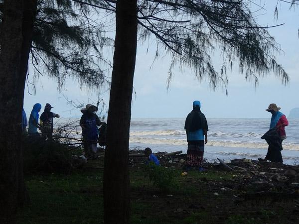 ชาวสตูลร่วมเก็บขยะชายหาดบ้านบุโบยทำความดีถวายแม่หลวง