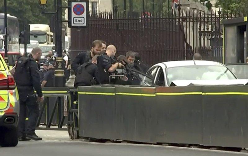 อังกฤษรวบผู้ต้องสงสัยก่อการร้าย ขับรถชนคน-แผงกั้นอาคารรัฐสภา