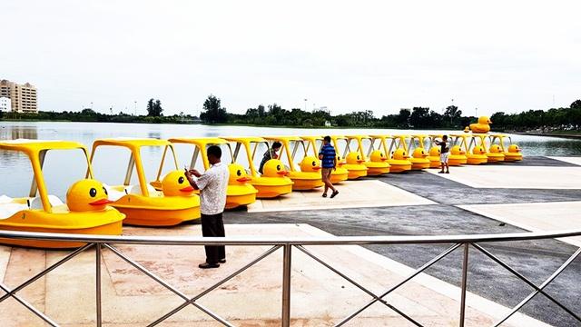 หนองประจักษ์ เรือถีบเป็ดเหลืองมาแล้ว เตรียมไปต่อคิวถีบได้เลย