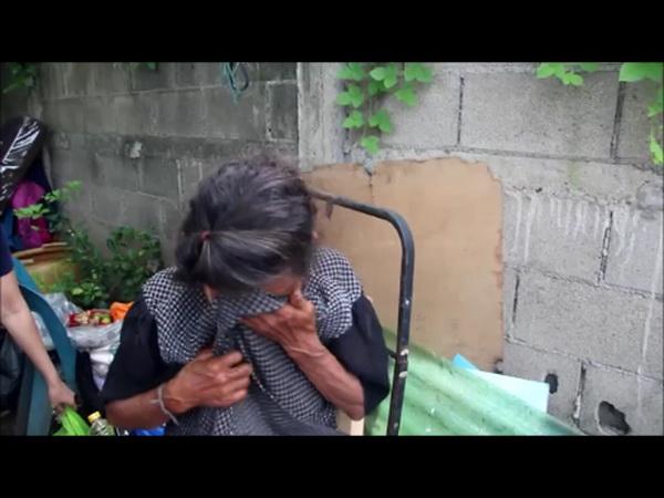 ร้องโฮเลย ! ยายวัย 74 ปีกลั้นน้ำตาไม่อยู่หลังกลุ่มตัดผมเชียงใหม่นำสิ่งของช่วยเหลือ