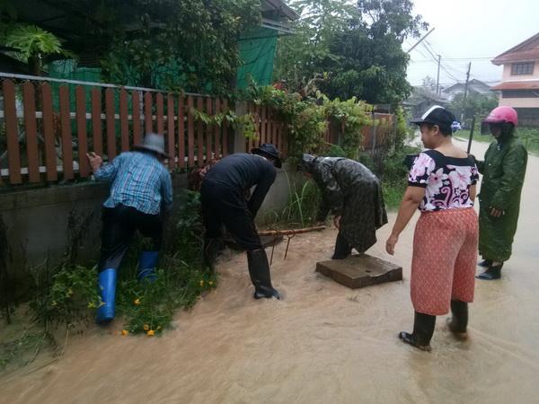 """วิกฤต ! เร่งอพยพคน 11 หมู่บ้านในอ.สันติสุขน่านหนี""""เบบินคา""""ทำน้ำป่าทะลักดินถล่ม"""