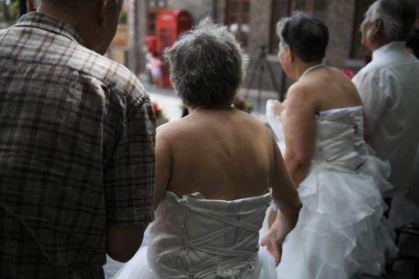 เหล่าอากงอาม่าที่เข้าร่วมงานฉลองการแต่งงานหมู่ของกลุ่มผู้สูงอายุ ในนครเทียนจิน ฉลองวันแห่งความรักตามประเพณีจีน (ภาพ รอยเตอร์ส)