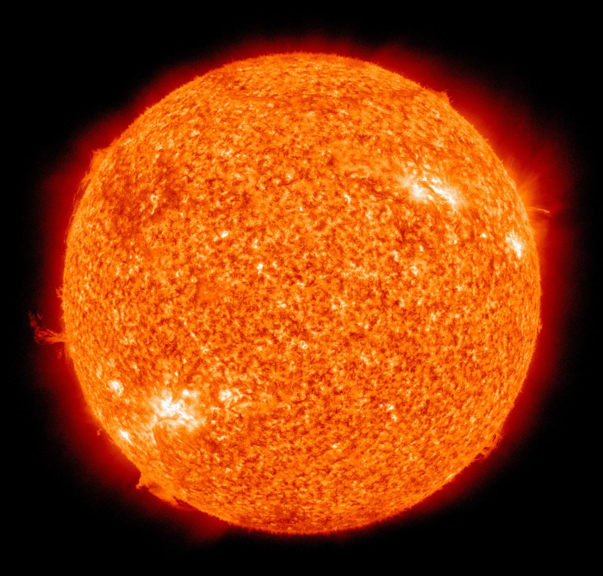 ดวงอาทิตย์ซึ่งใช้แหล่งพลังงานจากปฏิกิริยานิวเคลียร์ฟิวชัน (NASA/SDO (AIA) - http://sdo.gsfc.nasa.gov/assets/img/browse/2010/08/19/20100819_003221_4096_0304.jpg)
