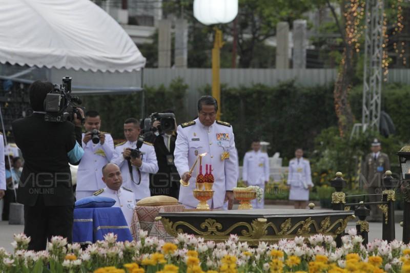 สมเด็จพระเจ้าอยู่หัว โปรดเกล้าฯ องคมนตรี เป็นประธานเจริญพระพุทธมนต์ถวาย พระราชินี ในรัชกาลที่ ๙