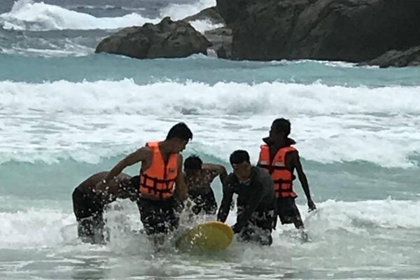 ดับอีกรายนักท่องเที่ยวฝ่าตกแดงลงเล่นน้ำเกาะราชา จ.ภูเก็ต