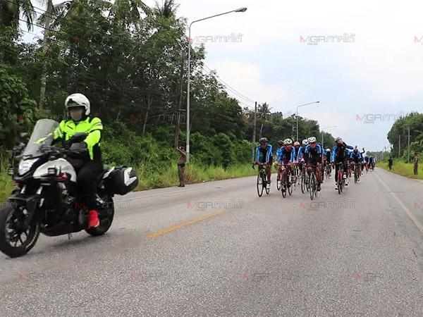 """ทีมปั่นจักรยานกิจกรรม """"รวมหัวใจไปให้สุดที่แดนใต้"""" เข้าถึงตัวเมืองยะลาแล้ว"""