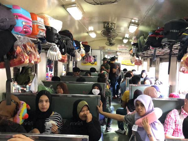 เนืองแน่น! ชาวไทยมุสลิมหลั่งไหลใช้บริการรถไฟหาดใหญ่เพียบ