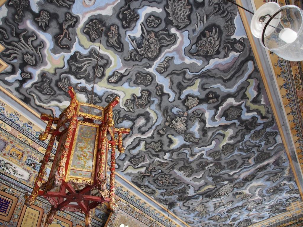 งานเขียนสีรูปมังกรในม่านเมฆขนาดใหญ่บนเพดานห้องโถงที่ศิลปินใช้เท้าในการเขียนภาพ   หลังจากเขียนเสร็จคนเขียนก็ถูกฆ่าตาย