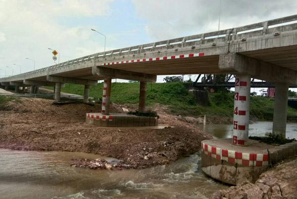 """ฝนถล่มศรีสะเกษ น้ำเซาะฐานราก """"สะพานห้วยแฮด"""" เพิ่งสร้างเสร็จทรุด สั่งปิดเลี่ยงใช้เส้นทางอื่น"""