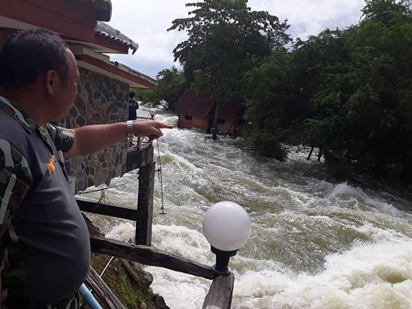 หลายพื้นที่ในจังหวัดเพชรบุรีอยู่ในสถานการณ์วิกฤติ รีสอร์ท ริมฝั่งน้ำถูกน้ำพัดทำลายเสียหาย