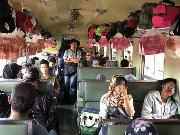 แน่นทุกขบวน! ชาวไทยมุสลิมแห่เดินทางด้วยรถไฟสายใต้ เตรียมร่วมฉลองรายอ