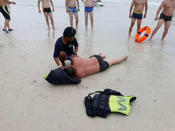 2 นักท่องเที่ยวจีน  ฝืนคำเตือนห้ามลงเล่นน้ำทะเลเกาะเสม็ด สุดท้ายจมน้ำหวิดดับ