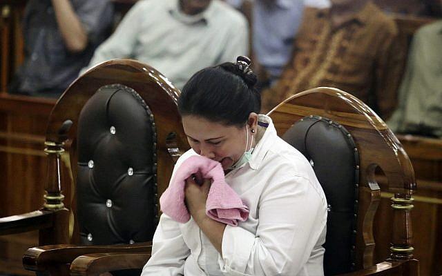 เมเลียนา วัย 44 ปี ชาวพุทธเชื้อสายจีน ถึงกับหลั่งน้ำตา ระหว่างรับฟังคำพิพากษาที่ศาลแห่งหนึ่งในอินโดนีเซีย หลังถูกตัดสินจำคุก 18 เดือน ต่อกรณีที่คร่ำครวญเกี่ยวกับเสียงดังจากการละหมาดของมัสยิดแห่งหนึ่ง
