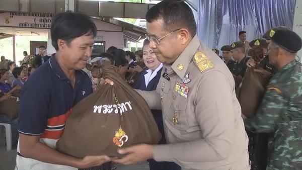 นายไพฑูรย์ รักษ์ประเทศ ผู้ว่าราชการจังหวัดมุกดาหาร เป็นผู้เชิญถุงยังชีพพระราชทาน มอบให้กับผู้ประสบอุทกภัยทั้ง 2 อำเภอของจังหวัดมุกดาหาร