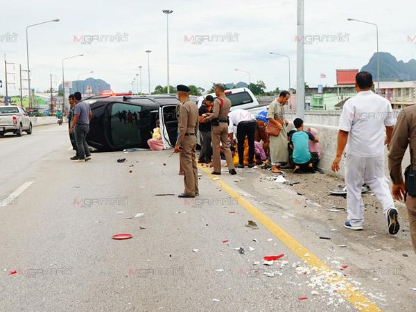 สลด! กระบะชนท้ายเก๋งขณะหักหลบถังพลาสติกกลางถนนเอเชียเจ็บนับสิบ