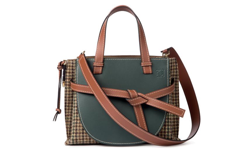 กระเป๋าใบใหม่ ที่ไม่มีไม่ได้แล้ว โดดเด่นด้วยสายรัดกระเป๋า ราคา 70,100 บาท จาก Loewe