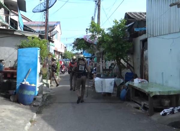 หญิงเมายาบ้าคลั่งถือมีดไล่ฟันชาวบ้าน ตำรวจล้อมจับด้วยความทุลักทุเล (มีคลิป)