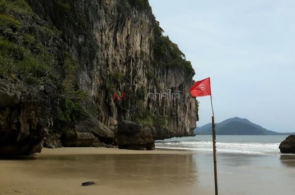 ปักธงแดง! เตือนคลื่นลมแรงห้ามลงเล่นน้ำหาดเจ้าไหม