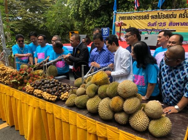 นักท่องเที่ยวไทย-มาเลย์ กว่า 2,000 คน แห่ชิมผลไม้ในเทศกาลอาหารรสดี ผลไม้รสเด่นเบตง