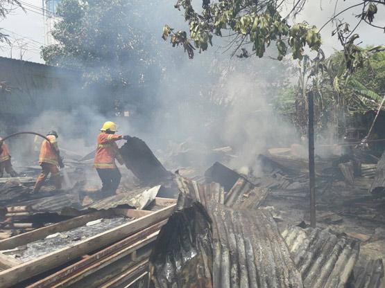 ไฟไหม้แคมป์ก่อสร้างย่านธัญบุรี วอด 10 ห้อง คาดไฟฟ้าลัดวงจร