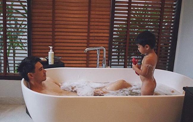 """ซูมเลยจ้า! """"แมทธิว"""" แซบมาก!ทำ """"น้องดีแลน"""" ตกใจคิดว่าเจองูในอ่างน้ำ"""