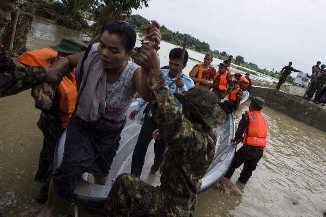 จนท.พม่าเข้าช่วยเหลือคนติดค้างจากน้ำท่วม เร่งซ่อมทางหลวงเชื่อมย่างกุ้ง-มัณฑะเลย์