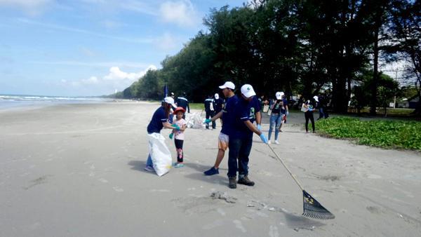 หลายบริษัทเอกชนใน จ.ระยอง ร่วมอุทยานฯเขาแหลมหญ้า เก็บขยะหาดแม่รำพึง