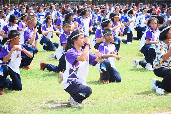 งดงาม.. นักเรียนนครปฐม 2 พันคน ร่วมไหว้ครูมวยไทย ครั้งแรกในโลก