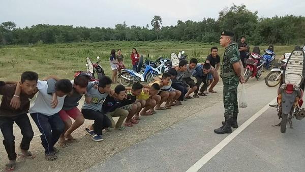 ทหารเมืองสระแก้ว ..จับแว้นกว่า 150 คัน วิดพื้นตักเตือนหลังซิ่งแข่งกันบนสันเขื่อน