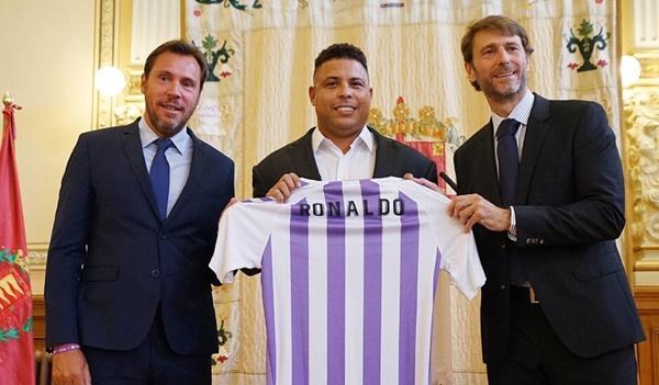 โด้อ้วน (กลาง) เจ้าของทีมคนใหม่ รีล บายาโดลิด