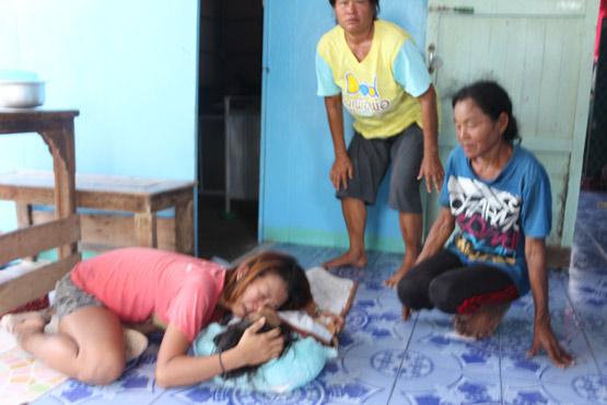 สลดแม่หลับลูกแฝดเดินเล่นหลังบ้านพลัดตกน้ำคลำเสียชีวิต