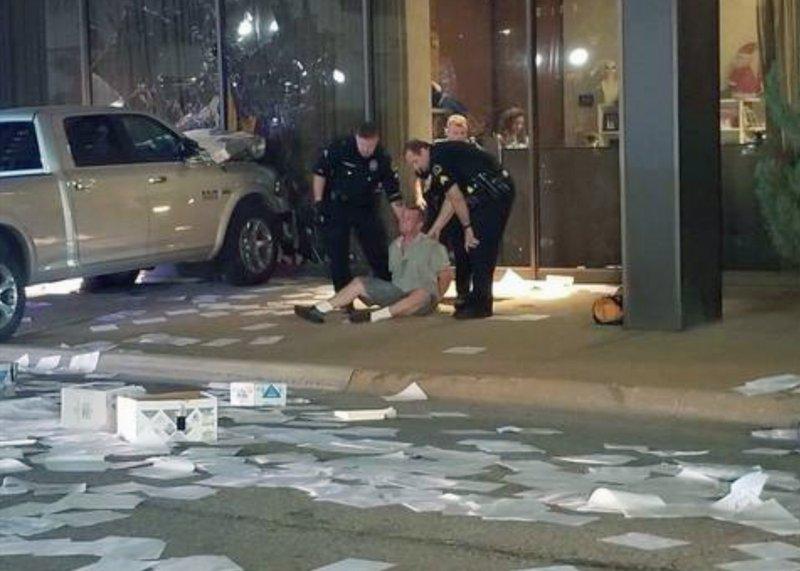 ตำรวจดัลลัสควบคุมตัวชายขับรถกระบะชนอาคารสถานีโทรทัศน์ในเครือ Fox