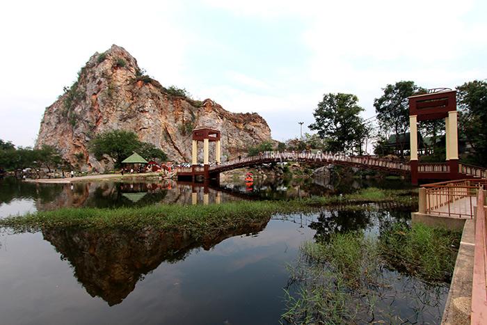 สะพานแขวนท่ามกลางภูเขา
